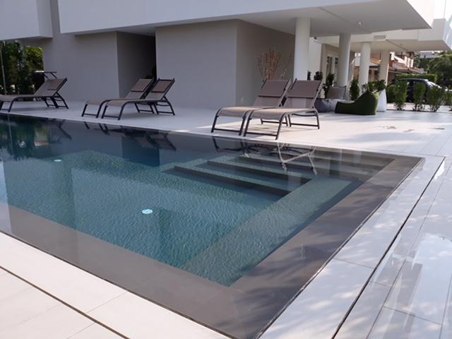Pavimentazione esterna e rivestimento piscina a jesolo for Pavimenti per piscine